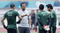 Pelatih Kiper Indonesia, Kurnia Sandi, memberi arahan kepada anak asuhnya saat latihan di Stadion Wibawa Mukti, Jawa Barat, Jumat (02/11/2018). Latihan tersebut dalam rangka persiapan jelang laga Piala AFF 2018.  (Bola.com/M Iqbal Ichsan)