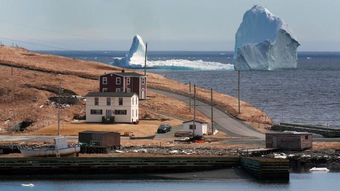 Sebuah bongkahan es raksasa melewati perairan Ferryland Newfoundland, Kanada, (10/4). Perairan yang disebut Iceberg Alley ini menjadi tempat perlintasan pecahan gletser di Greenland pada setiap awal musim panas. (Paul Daly/The Canadian Press via AP)#source%3Dgooglier%2Ecom#https%3A%2F%2Fgooglier%2Ecom%2Fpage%2F%2F10000