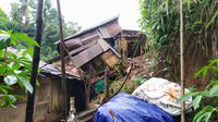 Korban bernama Kusmiati, warga RT01/13,Kelurahan Kedung Badak, Kecamatan Tanah Sareal, meninggal seketika setelah material tanah, batu, dan kayu menimpanya. Saat kejadian, korban sedang terlelap tidur di dalam kamar tepat bibir tebing yang longsor.