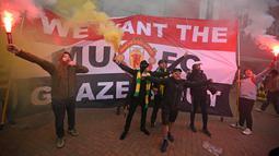 Situasi di Old Trafford memanas jelang duel tim Setan Merah kontra Liverpool. Para pendukung meneriakkan dan menyalakan suar disaat  menunggu bus pemain datang. (Foto: AFP/Oli Scarff)
