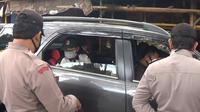 Rombongan tukang cukur yang hendak mudik ke Garut tertahan di Jonggol, Bogor, Selasa (28/4/2020). (Liputan6.com/Achmad Sudarno)