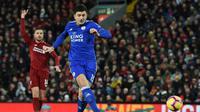 Bek Leicester, Harry Maguire melepaskan tendangan pada laga lanjutan Premier League yang berlangsung di stadion Anfield, Liverpool, Kamis (31/1). Liverpool imbang 1-1 kontra Leicester City. (AFP/Paul Ellis)