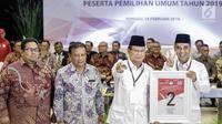 Ketua Umum Partai Gerindra Prabowo Subianto mendapatkan nomor 2 sebagai peserta pemilu 2019 saat pengundian nomor urut parpol di kantor KPU, Jakarta, Minggu (19/2). (Liputan6.com/Faizal Fanani)