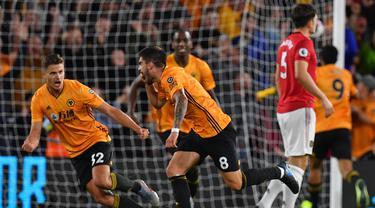 Para pemain Wolverhampton merayakan gol yang dicetak Ruben Neves ke gawang Manchester United pada laga Premier League di Stadion Molineux, Wolverhampton, Senin (19/8). Kedua klub bermain imbang 1-1. (AFP/Paul Ellis)