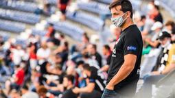 Seorang suporter yang mengenakan masker terlihat di stadion Deutsche Bank Park sebelum pertandingan Bundesliga Jerman antara Eintracht Frankfurt melawan Arminia Bielefeld di Frankfurt, Jerman (19/9/2020). Sekitar 6.500 suporter diizinkan memasuki stadion untuk menonton. (Xinhua/Kevin Voigt)