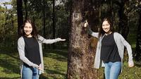 Devina Aureel adalah salah satu pemain film Yowis Ben. Perempuan cantik kelahiran Malang, 25 Agustus 1996 ini mengaku jika akting di depan  kamera saat syuting lebih sulit daripada kamera smartphonenya untuk  diunggah ke akun Instagram. (Liputan6.com/IG/@devinaureel)
