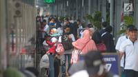Calon pemudik bersiap menaiki kereta di Stasiun Senen, Jakarta, Jumat (8/6). Berdasarkan data yang dihimpun humas Stasiun Pasar Senen, jumlah keberangkatan penumpang sampai hari ini mencapai 24.922 ribu. (Merdeka.com/Imam Buhori)