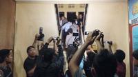 Suasana di depan ruang pemeriksaan di Reskrim Polda Bengkulu, Senin (23/5/2016) malam, terkait operasi tangkap tangan KPK di rumah dinas Kepala PN Kepahiang. (Liputan6.com/Yulardi Hardjoputra)