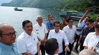 Wishnutama mengunjungi Danau Toba bersama Menteri Koordinator Kemaritiman dan Investasi, Luhut Binsar Panjaitan