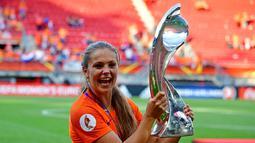 Gelandang Belanda Lieke Martens berpose dengan trofi UEFA Women's Euro 2017 usai mengalahkan Denmark di Stadion Fc Twente di Enschede (7/8). Belanda menang dengan skor 4-2 atas Denmark. (AFP Photo/Tobias Schwarz)