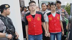 Polisi mengawal terdakwa kasus penyelundupan sabu WNA asal Taiwan saat menuju ruang sidang di PN Jakarta Selatan, Kamis (26/4). (Liputan6.com/Immanuel Antonius)