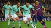 Striker Barcelona, Lionel Messi, berusaha melewati kepungan pemain Inter Milan pada laga Liga Champions di Stadion Camp Nou, Barcelona, Rabu (2/10). Barcelona menang 2-1 atas Inter. (AFP/Lluis Gene)