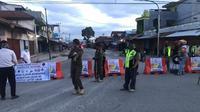 Pembatasan wilayah berskala kecil di Pasar Lama Sentani, Kabupaten Jayapura. (Liputan6.com/Katharina Janur/istimewa)