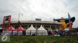 Suporter Persib memadati Stadion Si Jalak Harupat, Bandung, untuk menyaksikan laga Persib melawan Mitra Kukar di Turnamen Piala Bhayangkara di Kamis (17/3/2016). Laga Persib kontra Mitra Kukar berakhir imbang 1-1. (Liputan6.com/Helmi Fithriansyah)