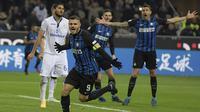 Striker Inter Milan, Mauro Icardi, merayakan gol yang dicetaknya ke gawang Atalanta pada laga Serie A Italia di Stadion San Siro, Milan, Minggu (19/11/2017). Inter menang 2-0 atas Atalanta. (AFP/Miguel Medina)