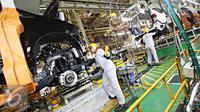 Pekerja menyelesaikan pembuatan mobil di pabrik Karawang 1 PT Toyota Motor Manufacturing Indonesia, Jawa Barat, Selasa (26/1). Pabrik ini memproduksi Kijang Innova serta Fortuner mencapai 130.000 unit pertahun. (Liputan6.com/Immanuel Antonius)