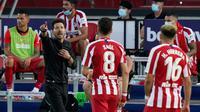 Pelatih Atletico Madrid, Diego Simeone, memberikan arahan kepada anak asuhnya saat melawan Levante pada laga La Liga di Stadion Camilo Cano, Selasa (23/6/2020). Atletico Madrid menang 1-0 atas Levante. (AFP/Jose Jordan)