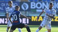 Papu Gomez dan Marcelo Brozovic berduel pada laga Atalanta vs Inter Milan pada lanjutan Liga Italia di Gewiss Stadium, Minggu (8/11/2020). (Twitter)
