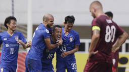 Para pemain Lao Toyota FC merayakan gol yang dicetak Kazou Homma ke gawang PSM Makassar pada laga Piala AFC 2019 di Stadion Pakansari, Bogor, Rabu (13/3). PSM menang 7-3 atas Lao. (Bola.com/M. Iqbal Ichsan)