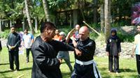 Para pesilat bule dari luar negeri tengah beradu taji dengan pesilat lokal dalam negeri sebelum pertujukan Internasional Silat Camp di Garut  (Liputan6.com/Jayadi Supriadin)
