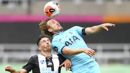 Striker Tottenham Hotspur, Harry Kane, duel udara dengan pemain Newcastle United, Fabian Schaer, pada laga Premier League di Stadion St. James Park, Rabu (15/7/2020). Tottenham menang dengan skor 3-1. (Michael Regan/Pool via AP)