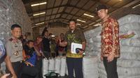 Gubernur Jambi, Zumi Zola mengecek gudang beras milik di Bulog Jambi baru-baru ini. (Liputan6.com/Bangun Santoso)