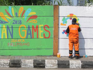 Petugas PPSU Kelurahan Kuningan Timur membuat lukisan mural bertema Asian Games 2018 di Jalan Perintis, Jakarta, Kamis (5/7). Mural tersebut untuk menyambut dan memeriahkan pelaksanaan Asian Games 2018. (Liputan6.com/Arya Manggala)