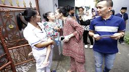 Mencium Bilqis Khumaira ketika Ayu Ting Ting hendak pergi menuju TPS (Kapanlagi.com/Agus)