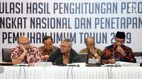 Ketua KPU RI, Arief Budiman (tengah) memimpin rapat Rekapitulasi Hasil Penghitungan Perolehan Suara Tingkat Nasional dan Penetapan Hasil Pemilu Tahun 2019, Jakarta, Sabtu (18/5/2019). Rapat membahas dan menetapkan perolehan suara dari Papua Barat dan DKI Jakarta.(Www.sulawesita.com)