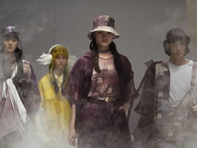 Para model menampilkan kreasi dari perancang busana Janet Chen dalam gelaran China Fashion Week di Beijing, China, Selasa (7/9/2021). China Fashion Week tetap digelar di tengah pandemi virus corona COVID-19. (AP Photo/Mark Schiefelbein)