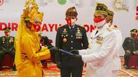 Perwakilan narapidana menerima surat remisi dari Gubernur Riau Syamsuar. (Liputan6.com/M Syukur)