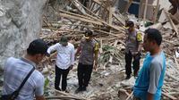 Kepolisian Resor Purwakarta melakukan olah kejadian perkara atas kasus hujan batu di Kampung Cihandeuleum Desa Sukamulya, Kecamatan Tegalwaru, Kabupaten Purwakarta. (Liputan6.com/ Abramena)
