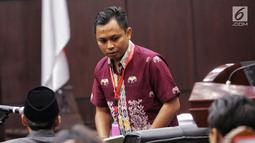 Saksi Tim Hukum Jokowi, Candra Irawan bersiap bersaksi dalam sidang lanjutan sengketa Pilpres 2019 di Gedung MK, Jakarta, Jumat (21/6/2019). Dalam sidang ini Tim hukum Jokowi menghadirkan empat orang saksi, Candra Irawan menjadi saksi yang pertama dalam persidangan. (Liputan6.com/Johan Tallo)