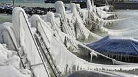 Es menutupi dinding-dinding pelabuhan dan kapal-kapal yang menepi di Danau Constance, Romanshorn, Swiss, Senin 26 Februari 2018. (Bieri/DPA via AP)