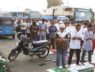 Salat Id Berjamaah, Ribuan Umat Muslim Padati Jalan di Kawasan Senen