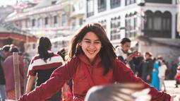 """Menikmati  wisata di Tanah Air memang mengagumkan, namun rasanya kurang lengkap jika tidak berkunjung ke luar negeri. Maret silam. pemeran film """"Raksasa dari Jogja"""" ini berkunjung di Boudhanath, Kathmandu. Salah satu stupa kuno terbesar di dunia.(Liputan6.com/IG/adindathomas)"""