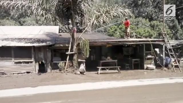 Letusan Gunung Sinabung membuat rumah warga tertutup lapisan abu vulkanik.
