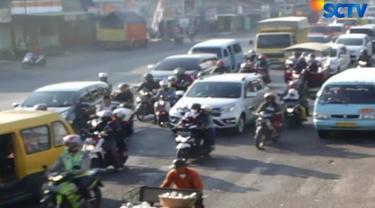 Petugas Polres Cirebon masih memberlakukan skema dua banding satu bagi kendaraan di simpang pertemuan Jakarta, Jawa, dan Bandung.