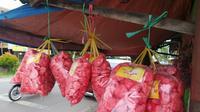 Sebagai kuliner dan jajanan khas warga, kerupuk bondon dengan mudah ditemukan terutama di sepanjang jalur Kadungora, Garut, Jawa Barat. (Liputan6.com/Jayadi Supriadin)