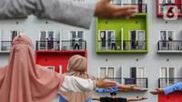 Pasien orang tanpa gejala (OTG) Covid-19 mengikuti senam pagi bersama tenaga medis dari atas balkon di Rumah Singgah Karantina Covid-19 Kabupaten Tangerang, Selasa (26/5/2020). Sebanyak 40 OTG hasil rapid test dan swab test positif menjalani di rumah singgah tersebut. (Liputan6.com/Fery Pradolo)