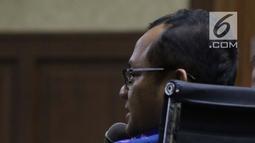 Terdakwa dugaan suap kesepakatan kontrak kerja sama pembangunan PLTU Riau-1, Eni Maulani Saragih menyimak keterangan saksi pada sidang lanjutan di Pengadilan Tipikor, Jakarta, Selasa (8/1). Lima saksi dihadirkan JPU KPK. (Liputan6.com/Helmi Fithriansyah)