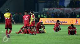 Pesepakbola Sulawesi Selatan terlihat lesu usai dikalahkan Jawa Barat di laga final PON XIX 2016 di Stadion Si Jalak Harupat, Kab Bandung, Rabu (28/9). Sulsel kalah adu penalti 5-4. (Liputan6.com/Helmi Fithriansyah)
