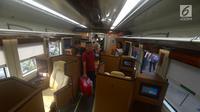 Suasana saat pemudik menaiki  kereta sleeper di Stasiun Gambir, Jakarta, Selasa (12/6). Pengguna jasa layanan kelas luxury jenis sleeper ini juga akan mendapat layanan makan, minum, dan snack secara gratis. (Merdeka.com/Imam Buhori)