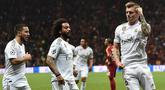 Gelandang Real Madrid, Toni Kroos, merayakan gol yang dicetaknya ke gawang Galatasaray pada laga Liga Champions di Stadion Ali Sami Yen Spor, Istanbul, Selasa (22/10). Galatasaray kalah 0-1 dari Madrid. (AFP/Ozan Kose)