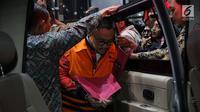 Mantan Menteri Pemuda dan Olahraga Imam Nahrawi menaiki mobil tahanan usai menjalani pemeriksaan di Gedung KPK, Jumat, (27/9/2019). Imam resmi ditahan setelah diperiksa sebagai tersangka dalam kasus dugaan suap dana hibah dari pemerintah terhadap KONI melalui Kemenpora. (merdeka.com/Dwi Narwoko)