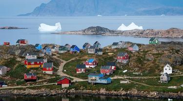 Pemandangan Desa Kulusuk di Kota Sermersooq, Greenland, Denmark, 19 Agustus 2019. Desa Kulusuk adalah wilayah terpencil di Greenland. (Jonathan NACKSTRAND/AFP)