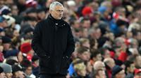 Manajer Manchester United, Jose Mourinho menyaksikan timnya melawan Manchester United pada lanjutan pekan ke-17 Premier League di Stadion Anfield, Minggu (16/12). Manchester United tumbang di markas Liverpool dengan skor 1-3. (Paul ELLIS / AFP)