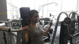 Jam kerja sebagai pramugari yang tidak teratur membuatnya memilih gym sebagai olahraga rutin. (Bola.com/Vitalis Yogi Trisna)