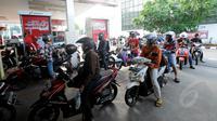 Sejumlah kendaraan sedang mengantri bahan bakar minyak di SPBU Cikini, Jumat (16/1/15). (Liputan6.com/Herman Zakharia)