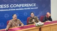 Analisis Transaksi Keuangan (PPATK) Dian Ediana Rae memberikan keterangan kepada wartawan di Ruang Bale Pasundan Gedung Bank Indonesia Wilayah Jawa Barat, Jumat (7/6/2018).